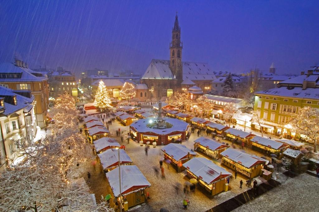 Bolzano market gets a covering of snow